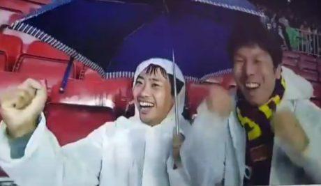 Δυο κινέζοι οπαδοί της Μπαρτσελόνα πανηγυρίζουν την κόκκινη του Πικέ και ενθουσιάζουν το Ίντερνετ