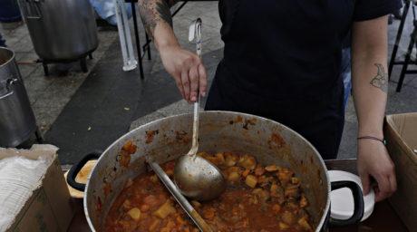 Αφιέρωμα: Οι κοινωνικές κουζίνες στην Αθήνα που διδάσκουν την αλληλεγγύη