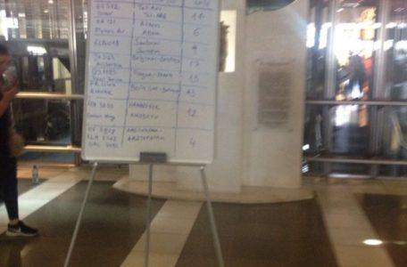 Αεροδρόμιο Μακεδονία: Ο πίνακας ανακοινώσεων αντικαταστάθηκε με έναν υπέροχο χειροποίητο με μαρκαδόρο