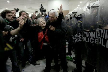 Σε hotbox μετέτρεψε σήμερα η ελληνική αστυνομία το Ειρηνοδικείο Αθηνών λόγω διαμαρτυρίας κατά των πλειστηριασμών