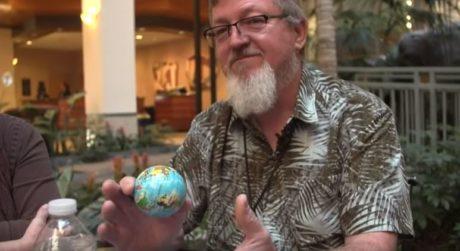 Το Διεθνές Συνέδριο των Flat Earthers αποδεικνύει ότι η ανθρώπινη βλακεία φτάνει μέχρι το διάστημα
