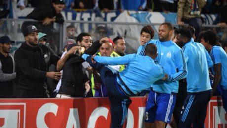 O Γάλλος ποδοσφαιριστής Πατρίς Εβρά την είδε Καντόνα και έριξε καρατιά σε οπαδό