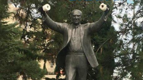 Ασέβαστοι κρέμασαν κωλόχαρτα στο άγαλμα του Ανδρέα Παπανδρέου στην Καλαμαριά