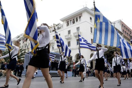 Εφτά γονείς-σταυροφόροι της αριστείας προσέφυγαν στο ΣτΕ ενάντια στις κληρώσεις σημαιοφόρων