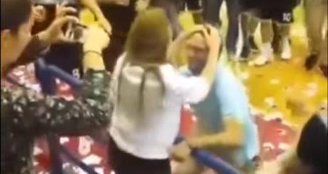 Ο προπονητής του Αστέρα Εξαρχείων κάνει πρόταση γάμου στο γήπεδο και η κερκίδα το γλεντάει
