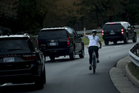 Απολύθηκε η ποδηλάτισσα που έκανε ένα ζουμερό κωλοδάχτυλο στον Τραμπ