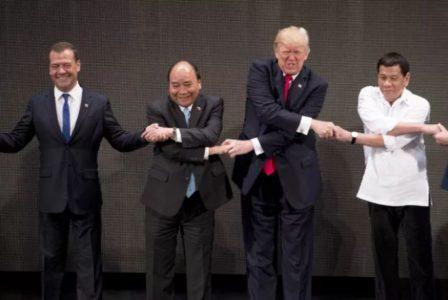 Την καλύτερή του φάτσα φόρεσε ο Τραμπ για την ομαδική μαργαρίτα με ηγέτες ασιατικών χωρών