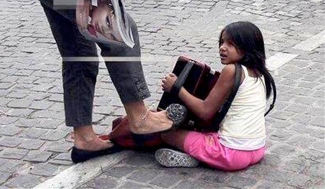 Καταδικάστηκε η γλυκιά κυριούλα που κλώτσησε ένα ρομά κοριτσάκι στο δρόμο