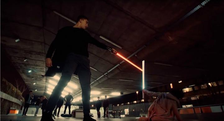 Αυτή η επική μονομαχία με φωτόσπαθα στο Λονδίνο είναι ό,τι χρειάζεσαι να δεις τώρα