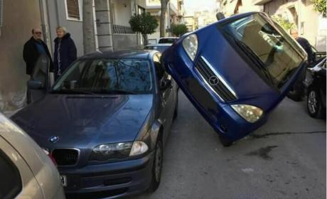 Mερσεντές για άγνωστο λόγο σήκωσε πόδι και κατούρησε BMW στη Δάφνη
