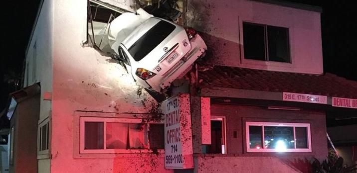 ΗΠΑ: Αυτοκίνητο καρφώθηκε στον 1ο όροφο επειδή ποιος κάθεται να περιμένει ασανσέρ