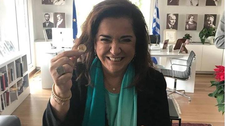 Η Ντόρα Μπακογιάννη κέρδισε το φλουρί και κάπως έτσι ξέρουμε ότι το 2018 θα πάει σκατά