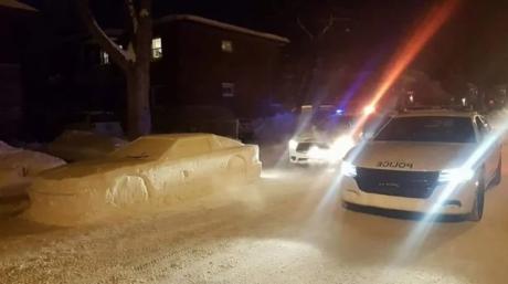 Μόντρεαλ: Καλλιτέχνης του πάγου δουλεύει την αστυνομία με τον πιο καναδικό τρόπο