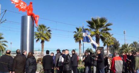 Ενορίτες πιτσίλισαν με αγιασμό το κόκκινο άγαλμα στο Παλαιό Φάληρο για να το ξορκίσουν