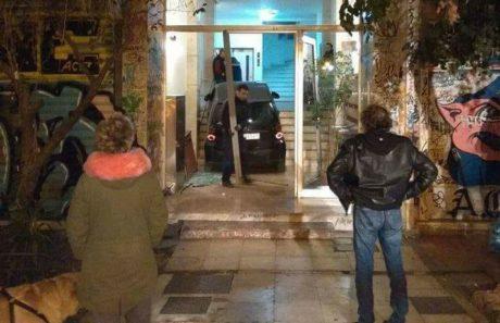 Εξαγριωμένο κλεμμένο σμαρτάκι πάρκαρε σε είσοδο πολυκατοικίας στα Εξάρχεια