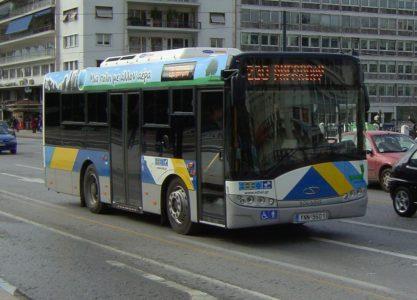 Στο μεταξύ, οδηγός λεωφορείου αφήνει επιβάτες στη βροχή μέχρι να φάει τον γύρο του