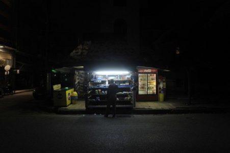 GTA Athens: Αυτοκίνητο κατέστρεψε ό,τι μπορούσε από περίπτερο στο Π. Φάληρο