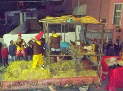 Έξι μήνες φυλακή σε καρναβαλιστές που πετούσαν κότες σε άρμα στον Τύρναβο