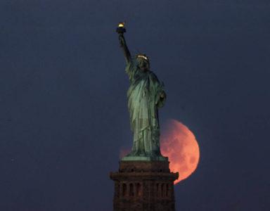 Βγαλμένο από τις καλύτερες στιγμές του MS Paint το χθεσινό ματωμένο φεγγάρι