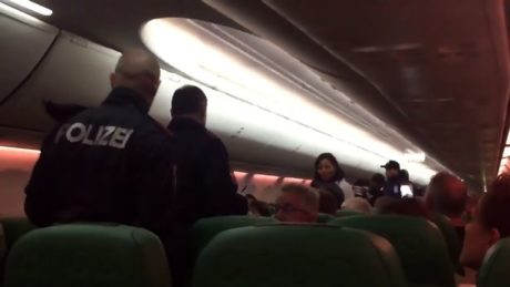 Aεροπλάνο κάνει αναγκαστική προσγείωση επειδή ένας ήρωας αρνήθηκε να σταματήσει να πέρδεται