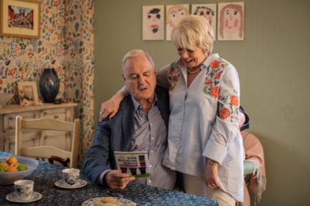 Ο John Cleese επιστρέφει στην τηλεόραση με κάτι σαν Fawlty Towers για συνταξιούχους
