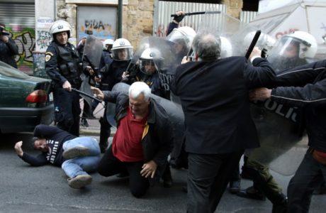 Με ένα γερό βρωμόξυλο γιόρτασαν τα ΜΑΤ τη μέρα κατά της αστυνομικής βίας χτες