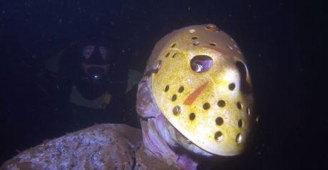 Για κάποιο λόγο, ένα άγαλμα του Jason σε περιμένει στον πάτο μιας λίμνης στη Μινεσότα