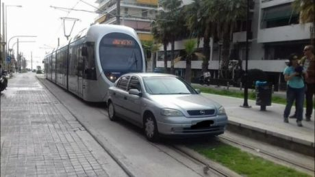 Φάληρο: Το τράμ αρνήθηκε να παρακάμψει αυτοκίνητο που είχε παρκάρει στις ράγες του