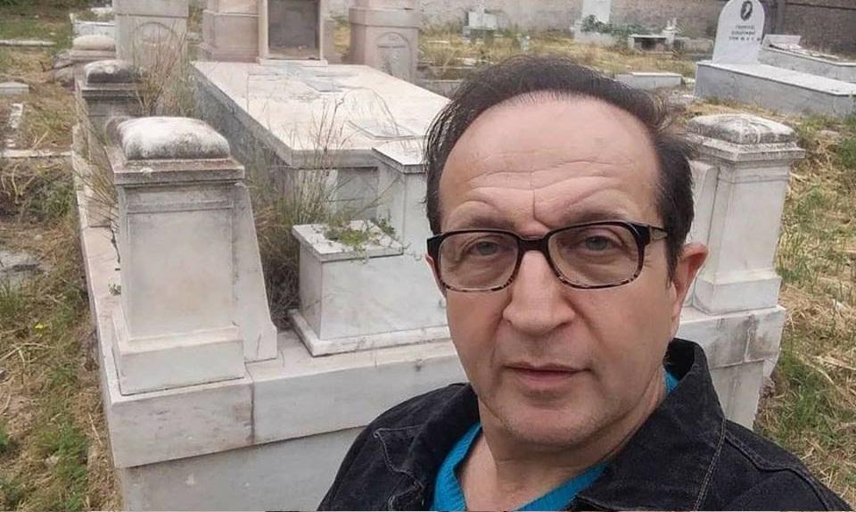 Ο Σπύρος Μπιμπίλας κάνει check-in σε ένα νεκροταφείο επειδή προσδοκούμε ανάσταση νεκρών
