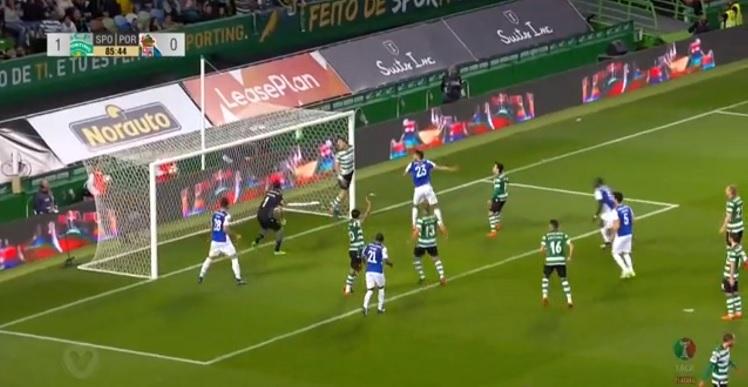 Η Πόρτο έπαθε ΑΕΚ με τριπλό δοκάρι στην ίδια φάση