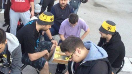 ΑΕΚτζήδες παίζουν τάβλι στην ουρά για ένα εισιτήριο, πριν παίξουν πλακωτό στον τελικό