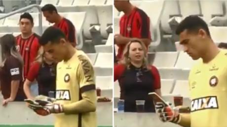 Εθισμένος τερματοφύλακας στη Βραζιλιά χρησιμοποιεί το κινητό του εν ώρα αγώνα