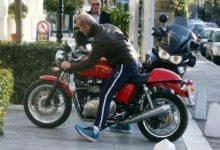Ο Πέτρος Κωστόπουλος παρκάρει σε θέση για εγκύους, ίσως ετοιμάζεται να γίνει μανούλα