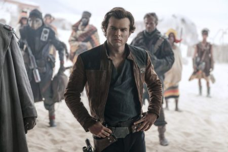 To «Solo: A Star Wars Story» είναι μια μέτρια ταινία και, κυρίως, το ξέρει