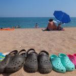 Τα Crocs θα συνεχίσουν να στολίζουν τις παραλίες, παρά τις ανησυχίες