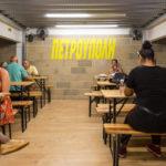 Σουβλατζίδικο με το όνομα «Πετρούπολη» άνοιξε στο Λονδίνο, γιατί τα Δυτικά εξάγουν πολιτισμό