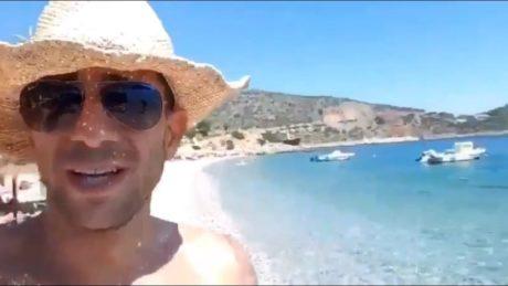 Έλλην εντρεπρενέρ λέει ρατσιστικές μαλακίες σε βίντεο, τρώει μπινελίκια σε 180 γλώσσες