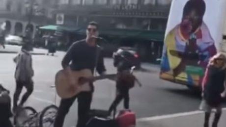 Ο Σάκης Ρουβάς κάνει τον πλανόδιο «ναμαγαπάς» στο Παρίσι, παίζει τραγούδι κάποιου Έλβις