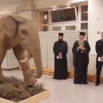Παπάς και μπάτσος ευλογούν προϊστορικό ελέφαντα στην τοποθεσία Λέσβο, δεν είναι ανέκδοτο