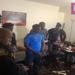Αστυνομικοί απαντούν κλήση για φασαρία, παίζουν Super Smash Bros με την παρέα του σπιτιού