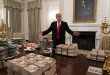 O Τραμπ παραγγέλνει στο Λευκό Οίκο 300 μπέργκερ, πίτσες και κάτι πατάτες έτσι για τη φάση
