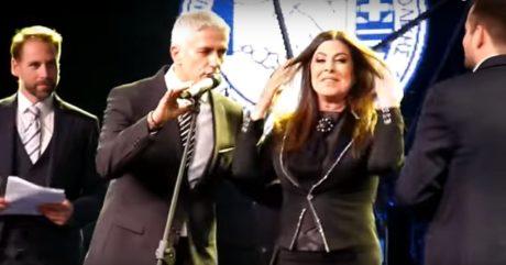 Η Λαίδη Άντζελα βραβεύτηκε από αστυνομικούς για την προσφορά της στην ελληνική μουσική