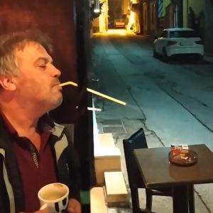 Thug Life: Σερραίος βρήκε τη λύση για να καπνίζει μέσα στην καφετέρια